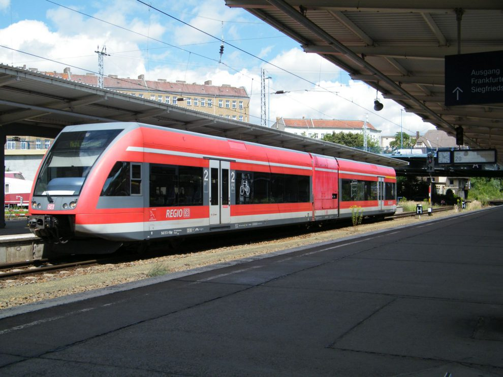 Stadler GTW in DB Regio colouts. source: kaffeeeinstein from Berlin, Germany (GTW 2/6 der DB Regio) [CC BY-SA 2.0 (https://creativecommons.org/licenses/by-sa/2.0)], via Wikimedia Commons